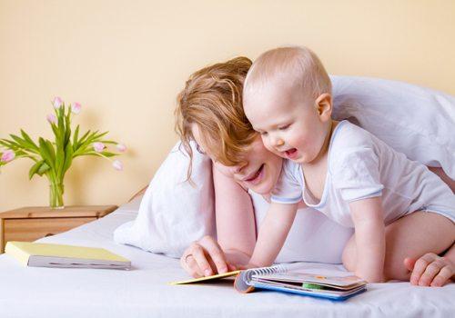 Khuyến khích bé dùng 2 tay khi chơi đồ chơi hoặc xem sách
