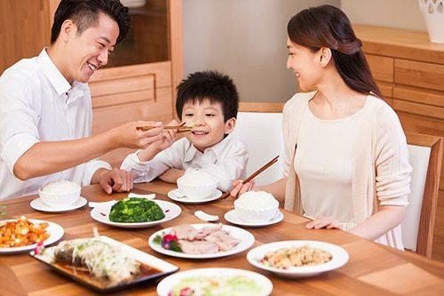 Tập trung ăn vào bữa tối không tốt cho sự phát triển của trẻ
