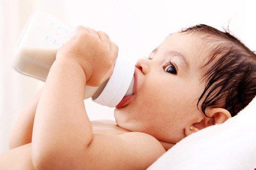 Không nên cho trẻ uống sữa công thức dưới 6 tháng tuổi