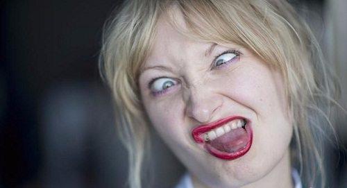Cười, nói quá nhiều không kiểm soát được bản thân là dấu hiệu của bệnh tâm thần