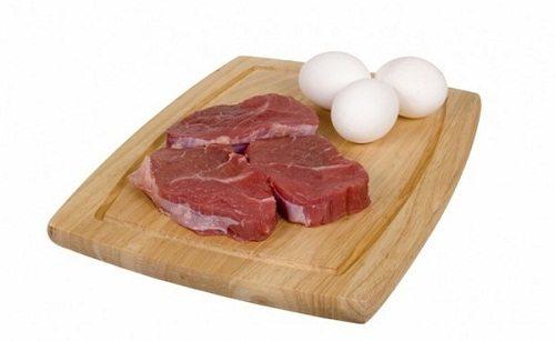 Ngoài rau xanh, ngũ cốc, rau quả thì mẹ nên bổ sung cho bé thịt, trứng, sữa