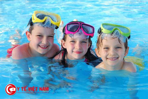 Bơi lội giúp trẻ phát triển chiều cao