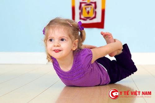 Bài tập kéo giãn cơ thể có thể cho bé tập hàng ngày