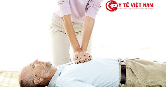 Động tác cấp cứu người bị xét đánh cần kết hợp với ép tim ngoài lồng ngực
