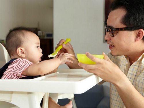 Bắt đầu 6 tháng tuổi năng lượng từ sữa mẹ sẽ không đủ cho trẻ