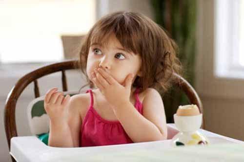 Không nên cho trẻ an nhiều trứng vịt lộn