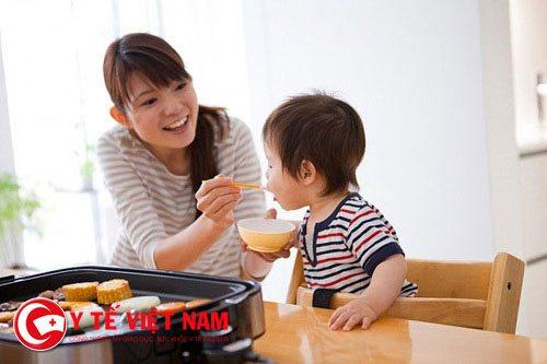 Cha mẹ nên cho trẻ bổ sung các thực phẩm dinh dưỡng mềm, dễ tiêu hóa.