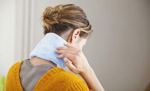 Dặt một chiếc khăn cuộn lên cổ giữ cho cổ thẳng