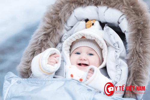 Khi đi ra ngoài nên giữ ấm cho bé theo nhiệt độ ngoài trời