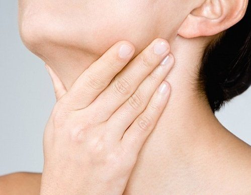 Hạch thường xuất hiện ở cổ, gáy, đùi bẹn... gây sưng đau có mủ