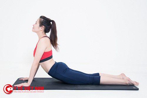 Tư thế rắn hổ mang trong bài tập Yoga