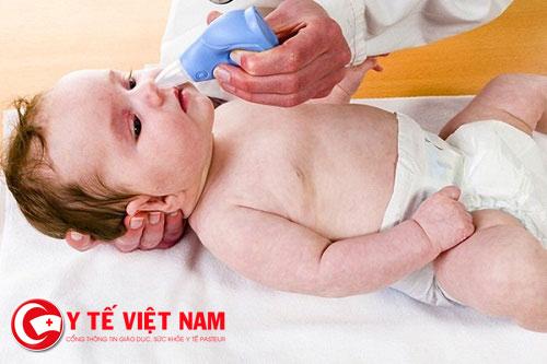 Nước muối là biện pháp an toàn và phổ biến để chữa ngạt mũi ở trẻ