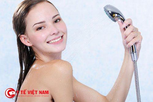 Tắm rửa sạch sẽ để loại bỏ bụi bẩn trên cơ thể