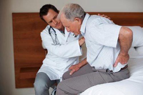 Tây y chữa thoát vị đĩa đệm bằng cách giảm đau hoặc mổ