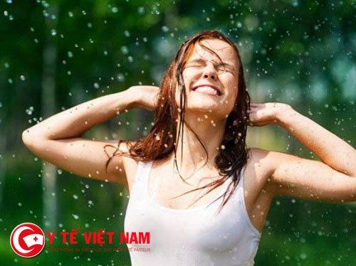 Nước mưa với sự pha trộn của nhiều chất gây ô nhiễm sẽ có hại cho tóc