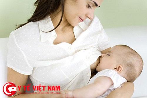 Trẻ bị bệnh sởi nên cho bú mẹ đầy đủ.