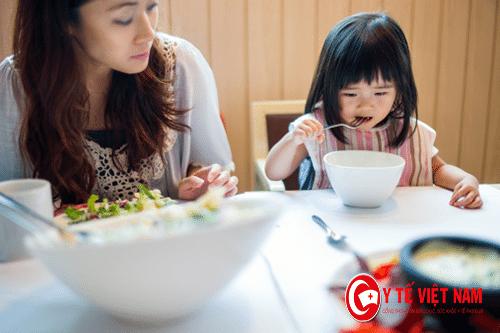Trẻ biếng ăn do những thói quen của bố mẹ