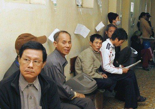 Người dân chờ đợi để được khám ung thư