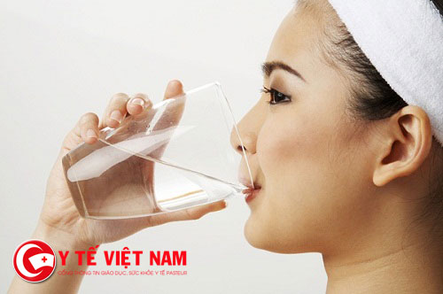 Uống đầy đủ nước mỗi ngày giúp tăng cường sức đề kháng