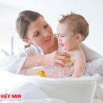 Nên vệ sinh cho trẻ thường xuyên để tránh nhiễm khuẩn