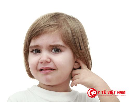 Viêm tai khiến trẻ thường cảm thấy đau nhói trong tai