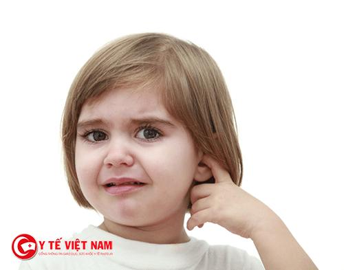 Triệu chứng thường viêm tai giữa thường gặp ở trẻ là đau tai, sốt