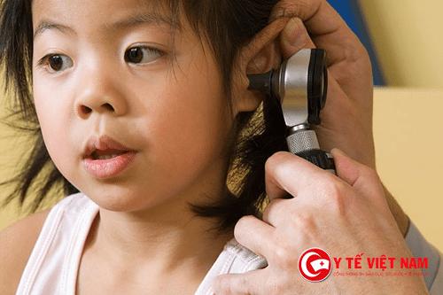 Khi trẻ có dấu hiệu chảy dịch ở tai, các bậc cha mẹ nên cho con đến các cơ sở y tế