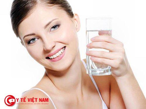 Cung cấp nước cho cơ thể nhằm căng da mặt hiệu quả