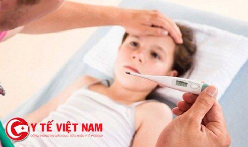 Nhiều phụ huynh không biết cách hạ sốt nào tốt nhất cho trẻ