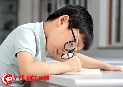 Phải cúi mặt quá gần khi học là dấu hiệu bệnh cận thị