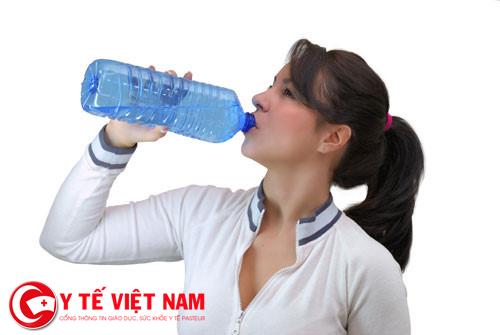 Bệnh sỏi tiết niệu nên uống nhiều nước.