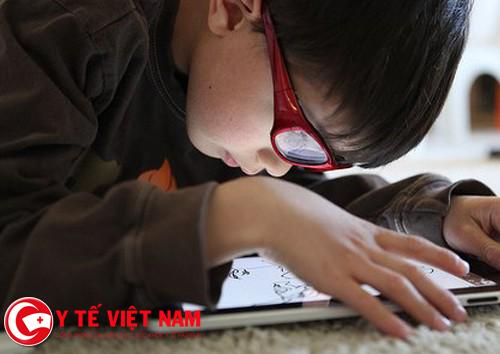 Sử dụng máy tính quá gần là nguyên nhân gây cận thị ở trẻ em