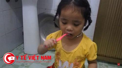 Vệ sinh cá nhân cho trẻ thường xuyên, đánh răng, rửa mũi, rửa chân tay