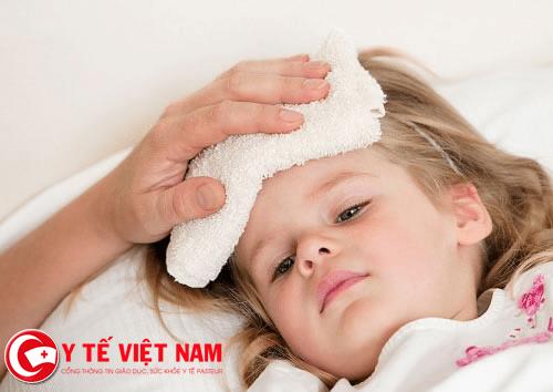 Sốt là triệu chứng đầu tiên của bệnh tay chân miệng ở trẻ