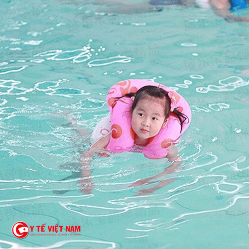 Mẹ có thể cho bé tập bơi từ nhỏ để tăng chiều cao