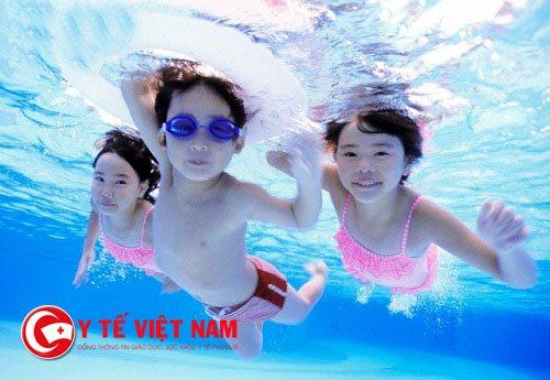 Đi bơi có bị lây nhiễm viêm kết mạc không?