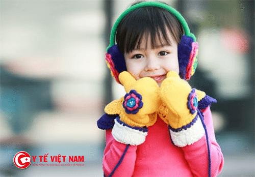 Bố mẹ nên chọn những quần áo sáng màu để giảm bớt hiện tượng dị ứng ở trẻ