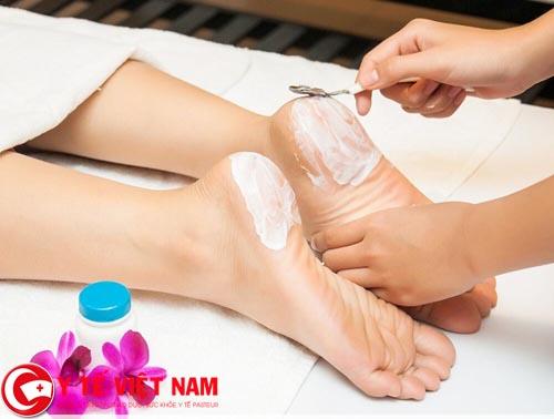Khi bị nứt gót chân nên làm gì?