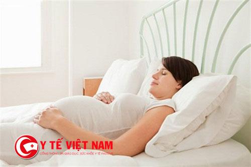 Dùng gối cao khi ngủ có tác dụng không làm cho các chất dịch trong mũi chảy ngược vào trong