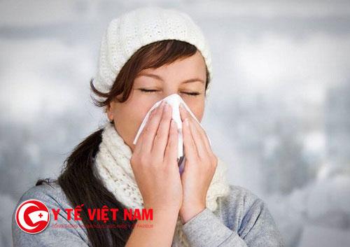 Thời tiết thất thường làm gia tăng của vi khuẩn lại cao nên mọi người dễ mắc bệnh viêm mũi.