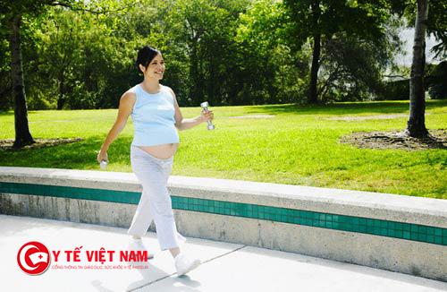 Để giảm căng thắng cho cuộc sống hằng ngày mẹ bầu nên đi bộ giúp cơ thể thư thái