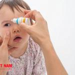 Mẹ nên chăm sóc mắt cho trẻ cẩn thận khi bị đau mắt đỏ