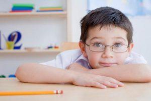 Cúi, gập người khi học là nguyên nhân gây cận thị học đường