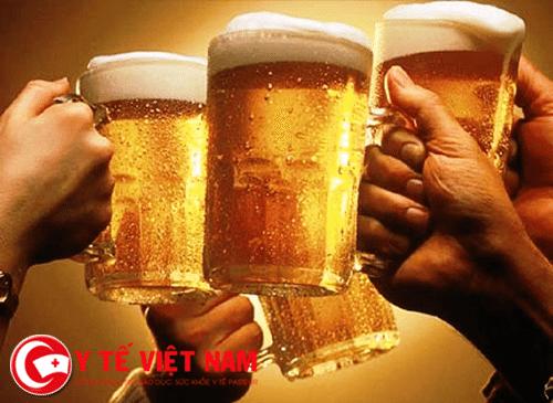 Rượu bia người bệnh á sừng không nên uống.