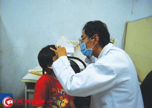 Các mẹ nên cho bé đi kiểm tra sức khỏe định kỳ để phát hiện các tật khúc xạ ở mắt trẻ