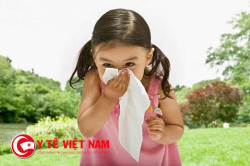 Nguyên nhân gây viêm mũi dị ứng ở trẻ là do phản ứng dị ứng của lớp niêm mạch mũi trước sự xâm nhập của bụi, khói, nấm móc