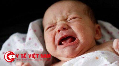 Trẻ cảm thấy mệt mỏi, người suy yếu, kém hoạt bát, hay quấy khóc