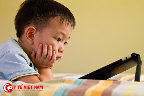 Trẻ em thành thị thường được bố mẹ cho sử dụng các thiết bị điện tử