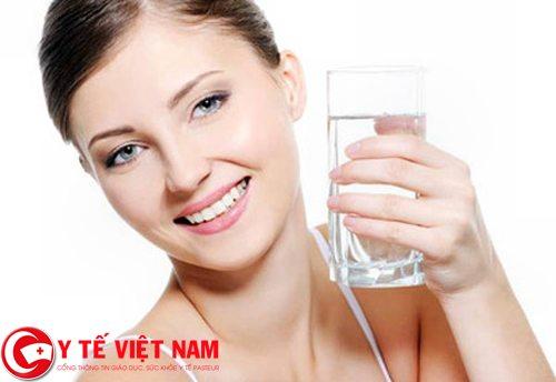 Người bị bệnh viêm âm đạo nên uống nhiều nước