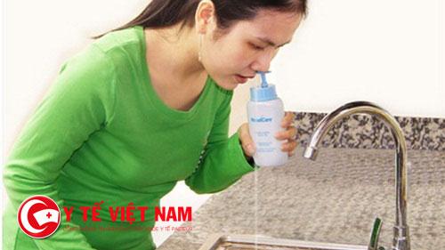 Rửa mũi có tác dụng kháng viêm, làm sạch và giúp loại bỏ những vi khuẩn xâm nhập vào trong mũi